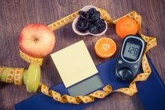 Échelle de salle de bains et glucometer électroniques avec le résultat de la mesure, de la nourriture saine et des haltères, mode Images stock