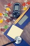 Échelle de salle de bains, glucometer, stéthoscope et centimètre électroniques avec les sucreries colorées, diabète, amincissant  Image libre de droits