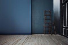 Échelle deux en bois, près de mur bleu-foncé, perspective Images libres de droits