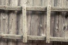 Échelle en bois sur le mur Photo stock