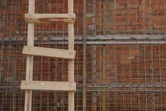 Échelle en bois sur un mur de briques photo libre de droits