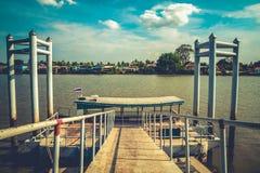 Échelle en métal d'escaliers menant à partir du dock au bateau Photo stock