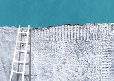 Échelle près de mur en béton gris image libre de droits