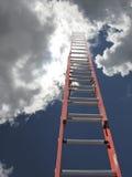 Échelle rouge avec des nuages Photographie stock libre de droits
