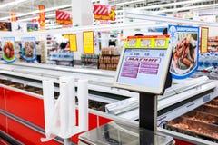Échelles électroniques dans le nouvel hypermarché Magnit Photo libre de droits