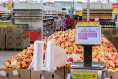Échelles électroniques dans le nouvel hypermarché Magnit Les larges de la Russie Photos stock