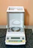 Échelles électroniques pour le laboratoire Image stock