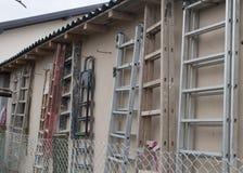 Échelles accrochées sur un mur Images libres de droits