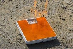 Échelles brûlantes de plancher sur le fond de texture d'asphalte concept - poids de calories, de régime et de perte brûlant par d image stock