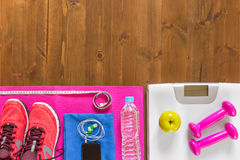 Échelles, chaussures et article de sport sur le plancher en bois à la BO Images stock