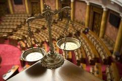 Échelles décoratives de justice dans l'auditoire de tribunal Images libres de droits