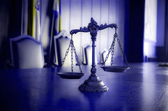 Échelles décoratives de justice dans l'auditoire de tribunal Photo libre de droits