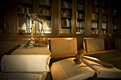 Échelles décoratives de justice dans la bibliothèque Photographie stock