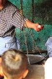 Échelles d'antiquité pour peser la viande pour se vendre images stock