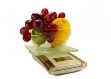 Échelles de cuisine avec des fruits frais Photographie stock