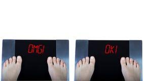 Échelles de Digital avec le ` d'omg de ` de signes et le ` correct de ` sur le fond blanc images stock