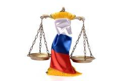 Échelles de drapeau de justice et de Fédération de Russie photo stock