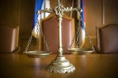Échelles de justice dans l'auditoire de tribunal Photo libre de droits