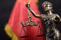 Échelles de justice, Justitia, Madame Justice devant le drapeau de la Chine Photos libres de droits