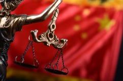 Échelles de justice, Justitia, Madame Justice devant le drapeau de la Chine Images libres de droits