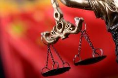 Échelles de justice, Justitia, Madame Justice devant le drapeau de la Chine Photo stock