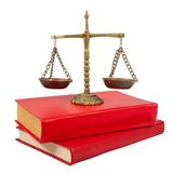 Échelles de justice placé sur les livres permissibles Image libre de droits