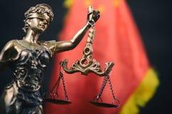 Échelles du juge, Madame Justice devant le drapeau de la Chine Photo stock