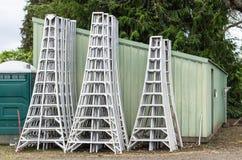 Échelles en aluminium de récolte stockées par un hangar Photos stock