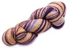 Écheveau coloré de fil de laine d'isolement sur le blanc Photo libre de droits