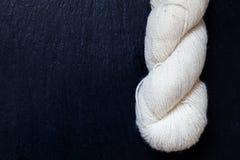 Écheveau de fil blanc naturel avec l'ardoise noire Photo stock
