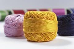 Écheveau de fil orange de coton dans le premier plan Images libres de droits