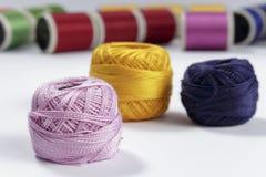 Écheveau de fil rose de coton dans le premier plan Photographie stock