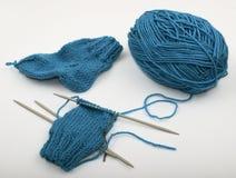 Écheveau de laine bleue et de needls de tricotage Photographie stock libre de droits
