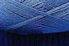 Écheveau de tricotage bleu de fils Image stock