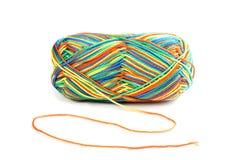 Écheveau des fils multicolores d'isolement sur le blanc Photographie stock
