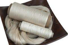 Écheveau et bobines de fil en soie Photos libres de droits