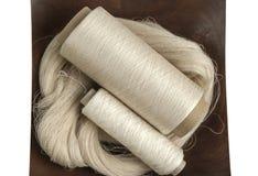 Écheveau et bobines de fil en soie Image stock