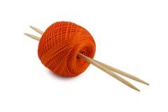 Écheveau rouge avec des aiguilles de tricotage Photos stock