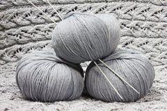 Écheveaux avec des pointeaux de tricotage Photo libre de droits
