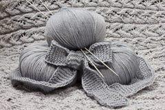 Écheveaux avec des pointeaux de tricotage Image stock