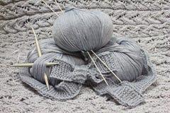 Écheveaux avec des pointeaux de tricotage Photos libres de droits