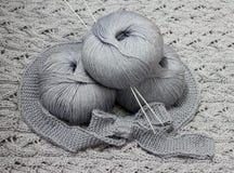 Écheveaux avec des pointeaux de tricotage Image libre de droits