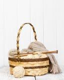 Écheveaux avec les fils de laine pour tricoter dans un panier en osier Images libres de droits