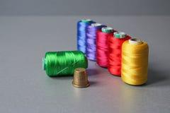 Écheveaux colorés de fil photos libres de droits