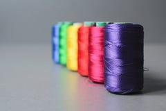 Écheveaux colorés de fil photographie stock libre de droits