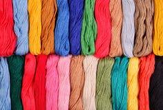 Écheveaux colorés de soie comme texture de fond Photo stock