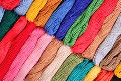 Écheveaux colorés de soie comme texture de fond Photos libres de droits
