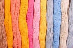 Écheveaux colorés de soie comme texture de fond Photographie stock libre de droits