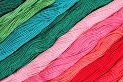Écheveaux colorés de soie comme texture de fond Image stock