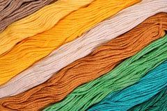 Écheveaux colorés de soie comme texture de fond Photo libre de droits